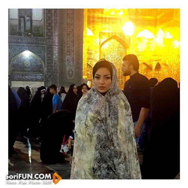 عکس مهسا کامیابی در حرم امام رضا (ع) با چادر شیشه ای